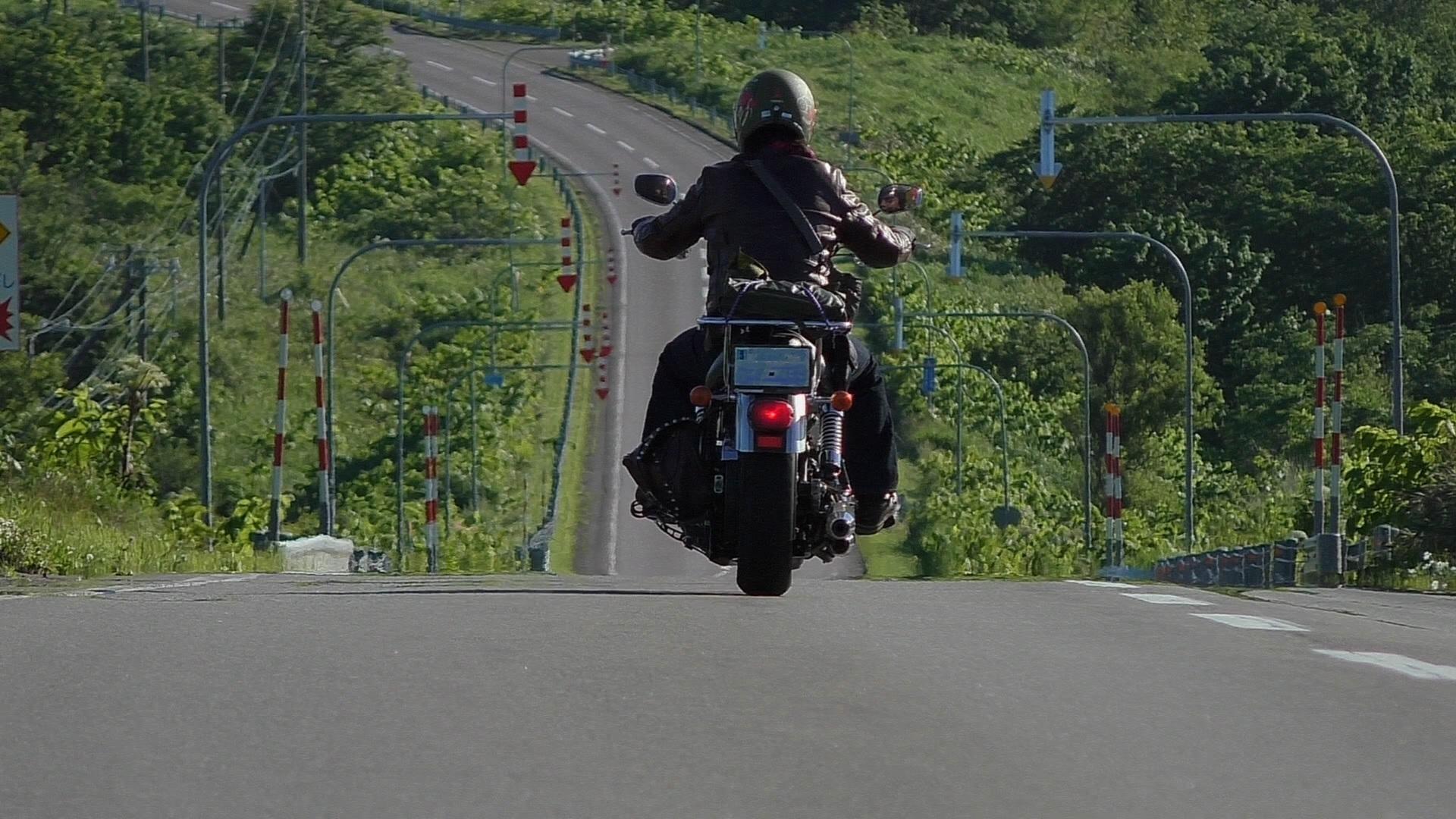 オートバイに乗る人