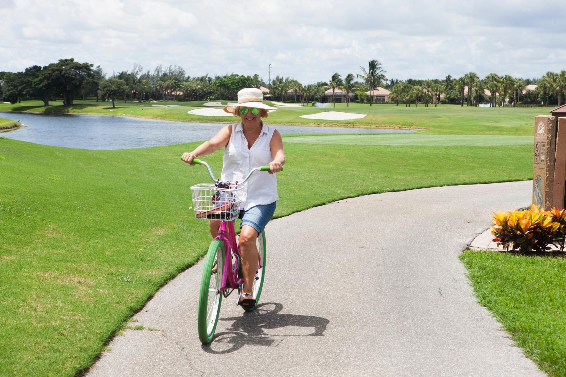 自転車に乗るシニア女性